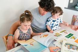 Papa und Kinder genießen Bücher