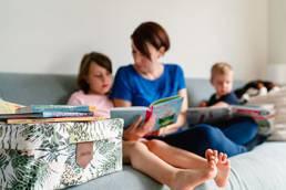 Mama genießt die Bücher aus der Swircle Box mit ihren Kindern.