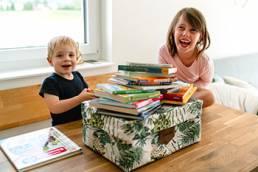 Junge und Mädchen glücklich mit ihrer Swircle Box