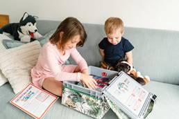 Zwei Kinder öffnen ihre Swircle-Box
