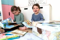 Kinder mit Büchern und Swircle Box