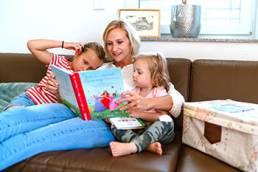 Mutter liest ihren beiden Töchtern vor
